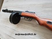 PPSh-41 Maschinenpistole mit Gurt - Dekomodellwaffe