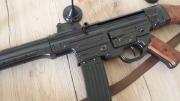 Sturmgewehr StG 44 aus Metall und Holzschaft mit Gurt Deko Modellwaffe